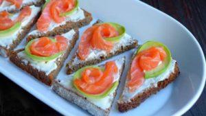 Бутерброд с красной рыбой и авокадо