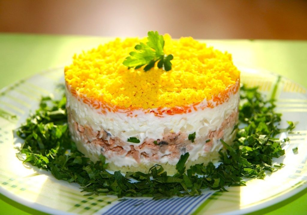 салат с горбушей консервированной