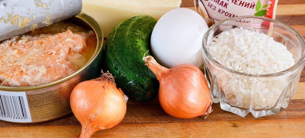 Салат из консервированной горбуши с рисом и яйцом
