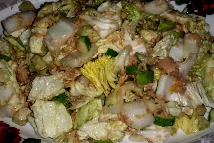 салат с пекинской капустой огурцом и консервированной горбушей