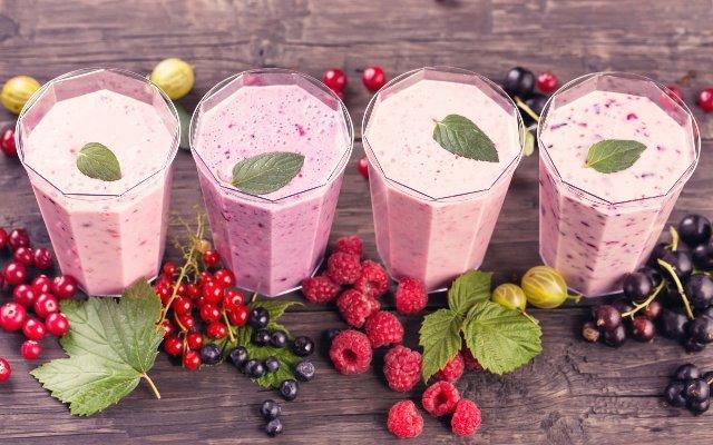 смузи с ягодами и молоком