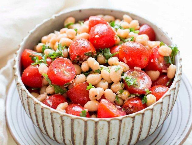 Фото Салат с фасолью и свежими помидорами