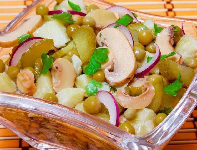 салат с картофелем, зеленым горошком и грибами