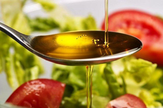 Сафлоровое масло в столовой ложке