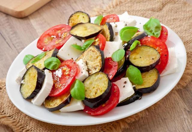 Салат с баклажанами и свежими помидорами