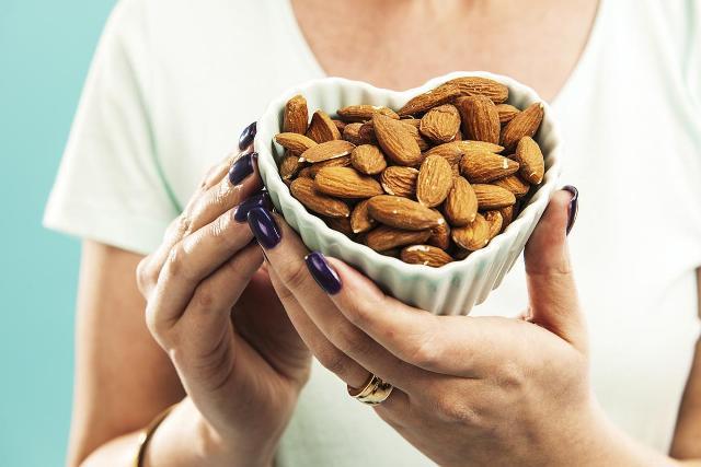 Миндальный орех для женщин
