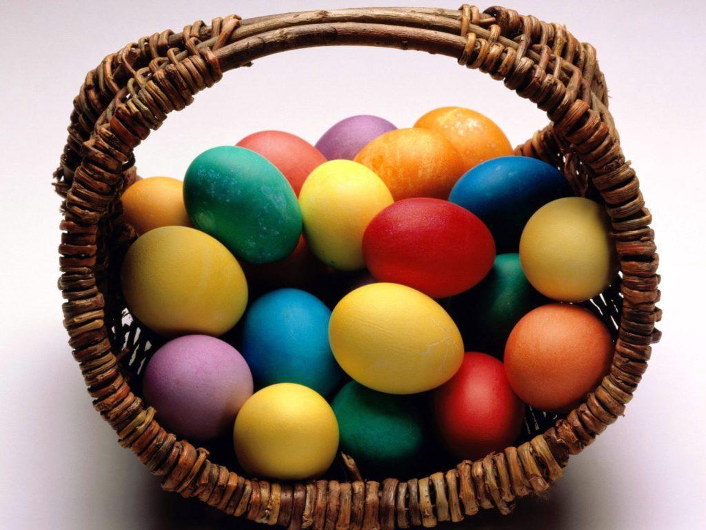 Как красиво подать на стол крашеные яйца