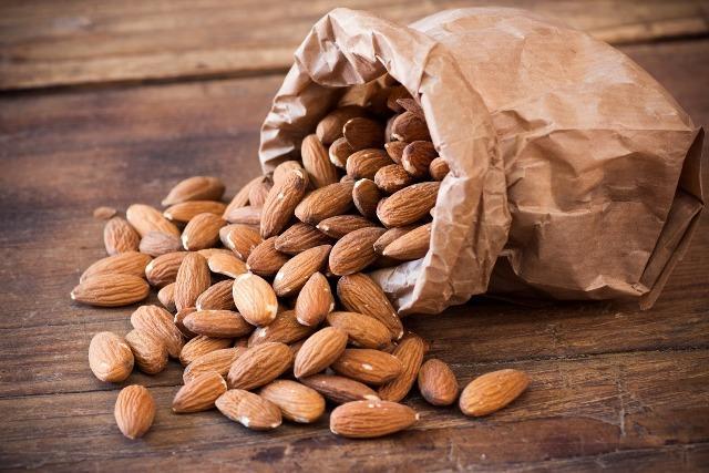 Орехи миндаля: польза и вред для организма