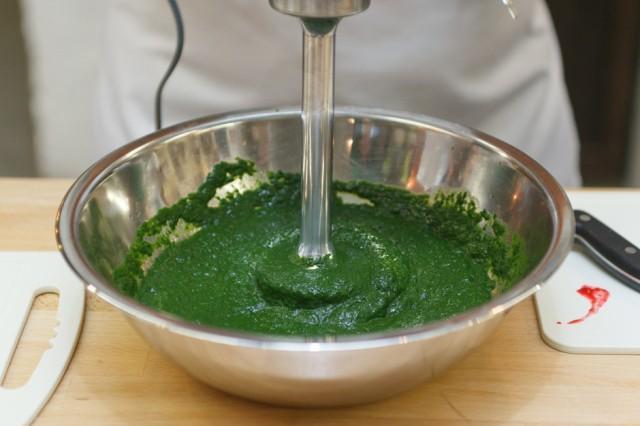 Зеленый лук блендером в кашицу