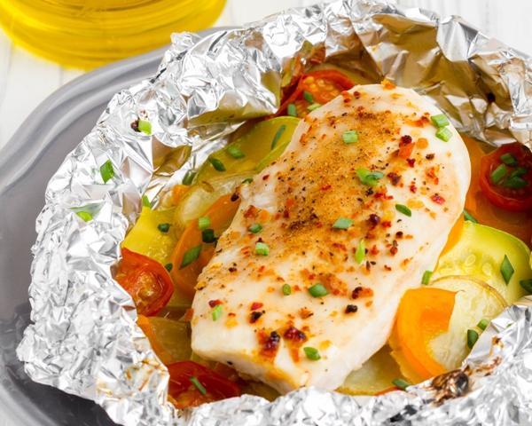 Куриная грудка в фольге с овощами