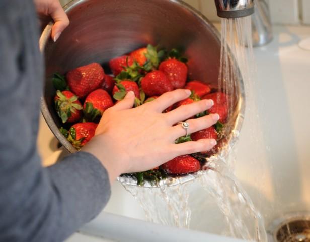 моют ягоды клубники