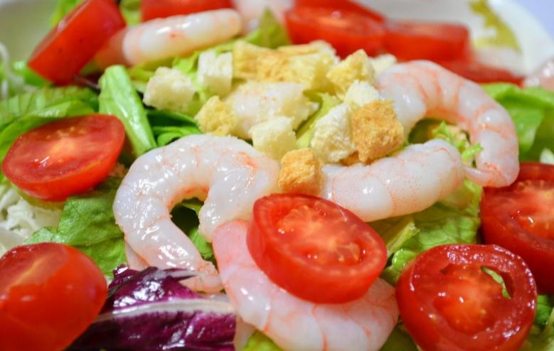 салат из морепродуктов креветок яйца сыра помидоров и огурцов