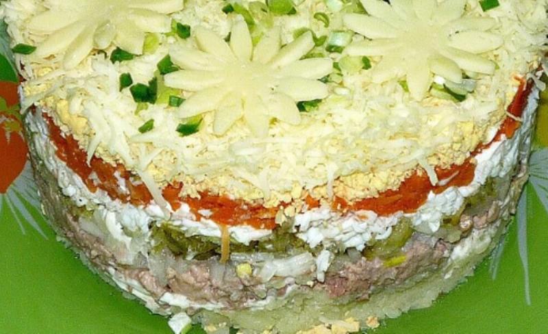 салат с печенью трески слоеный с картошкой и солеными огурцами