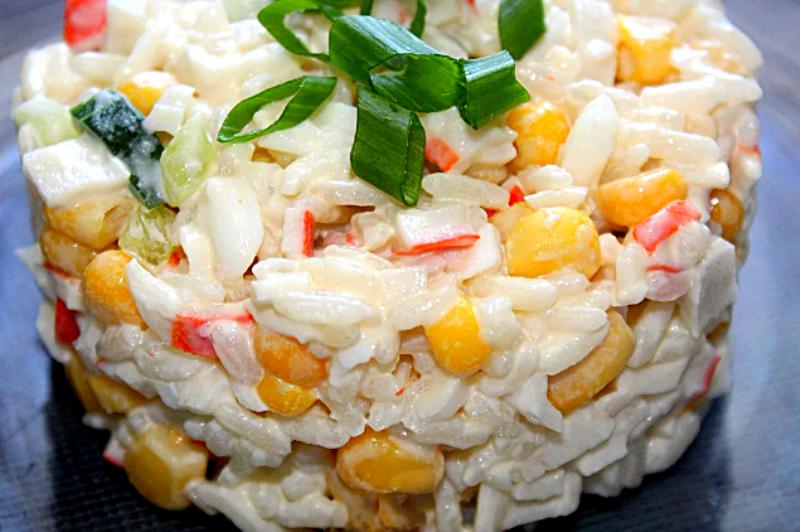 салат с крабовыми палочками рисом и кукурузой